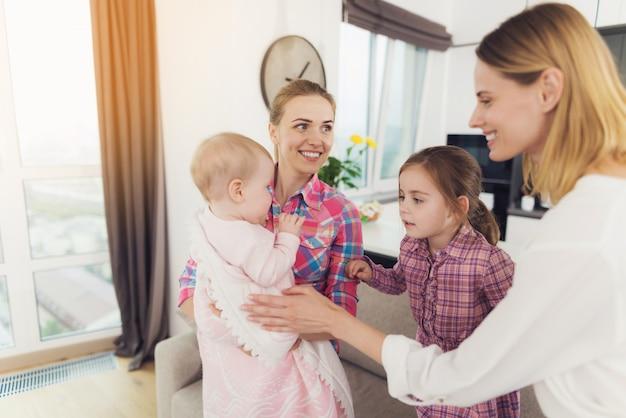 A babá encontra a mãe dos filhos.