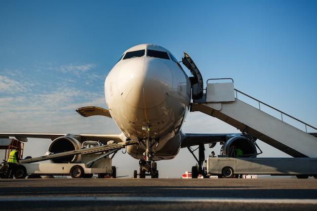 A bagagem está sendo carregada na aeronave