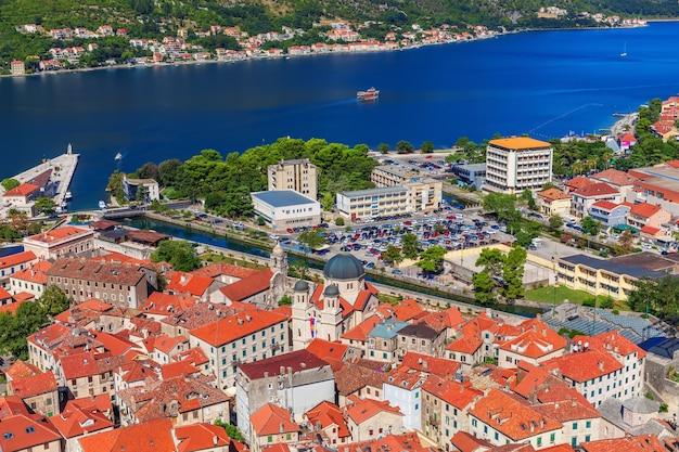 A baía de kotor e os telhados da cidade velha, montenegro.