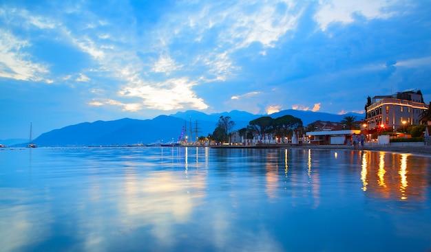 A baía de kotor perto da cidade de tivat e porto montenegro