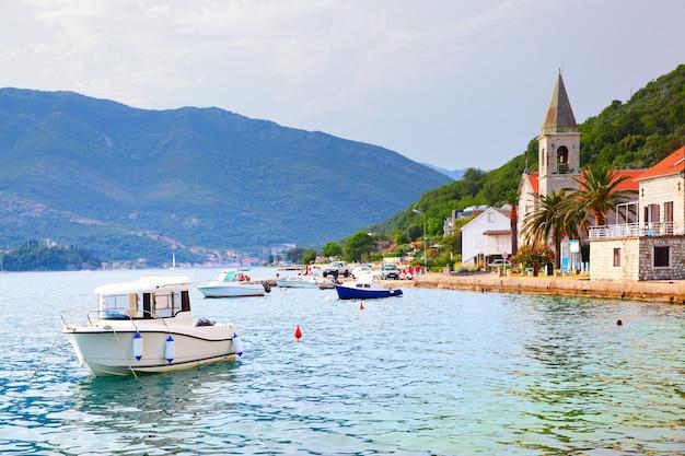 A baía de kotor perto da cidade de tivat em montenegro