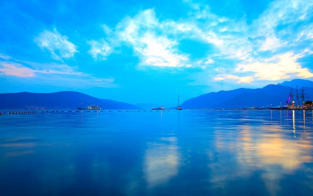 A baía de kotor perto de tivat ao pôr do sol, montenegro
