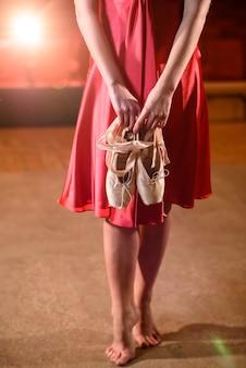 A bailarina mostra pernas e pontas.