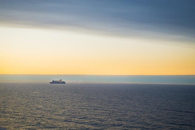 A balsa navega ao amanhecer. céu muito bonito.