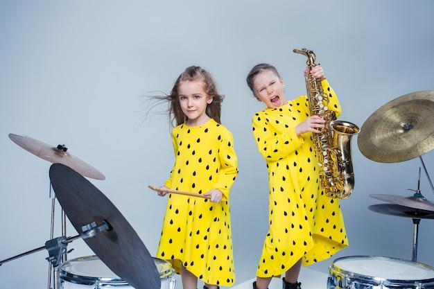 A banda de música adolescente se apresentando em um estúdio de gravação
