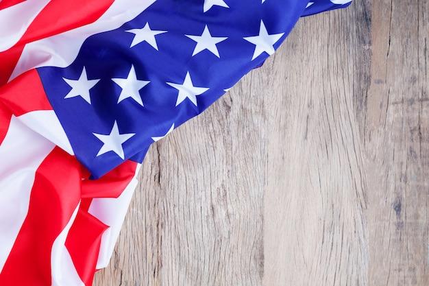 A bandeira americana no fundo de madeira para adiciona o texto memorial day ou o 4o julho.