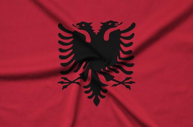 A bandeira da albânia é retratada em um tecido esportivo com muitas dobras.