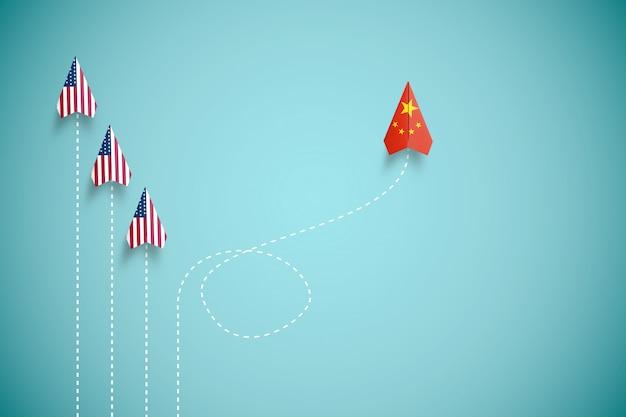 A bandeira da china imprime a tela no avião de papel voando e fora de linha com o avião dos eua. o país da china é concorrente dos estados unidos da américa e barreira à crise da guerra comercial.