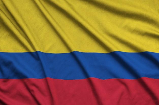 A bandeira da colômbia é retratada em um tecido esportivo com muitas dobras.
