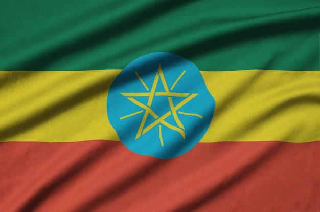 A bandeira da etiópia é retratada em um tecido esportivo com muitas dobras.