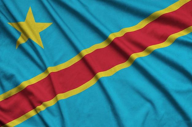 A bandeira da república democrática do congo é retratada em um tecido esportivo com muitas dobras.