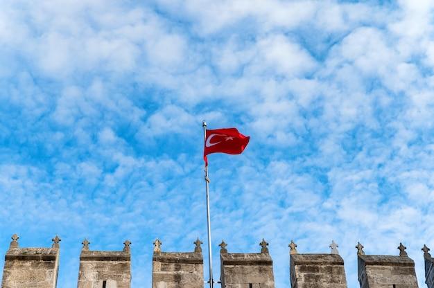 A bandeira da turquia, oficialmente a bandeira turca no portão de topkapi