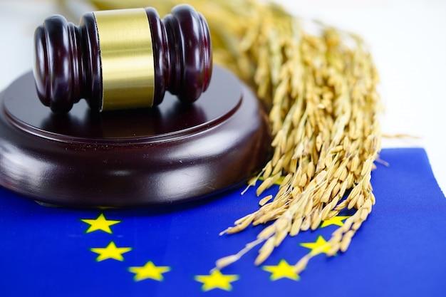 A bandeira da ue e o martelo do juiz com grão do ouro da agricultura cultivam.