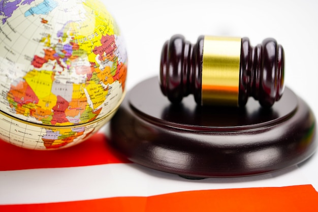 A bandeira de áustria e o juiz martelam com o mapa do mundo do globo. conceito de tribunal lei e justiça.
