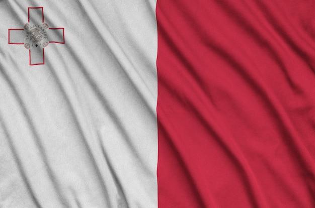 A bandeira de malta é retratada em um tecido esportivo com muitas dobras.