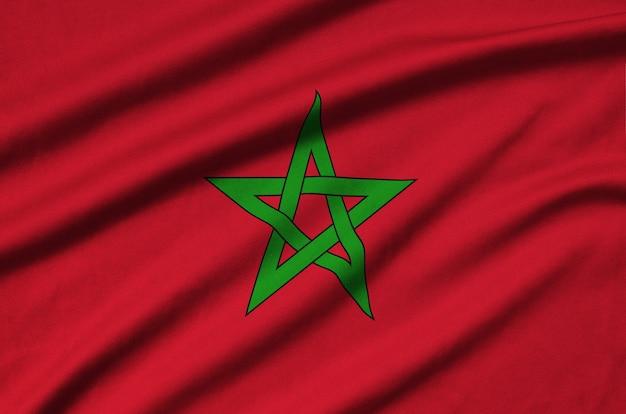 A bandeira de marrocos é retratada em um tecido esportivo com muitas dobras.