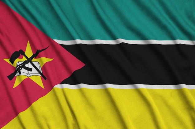A bandeira de moçambique é retratada em um tecido esportivo com muitas dobras.