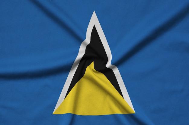 A bandeira de santa lúcia é retratada em um tecido esportivo com muitas dobras.