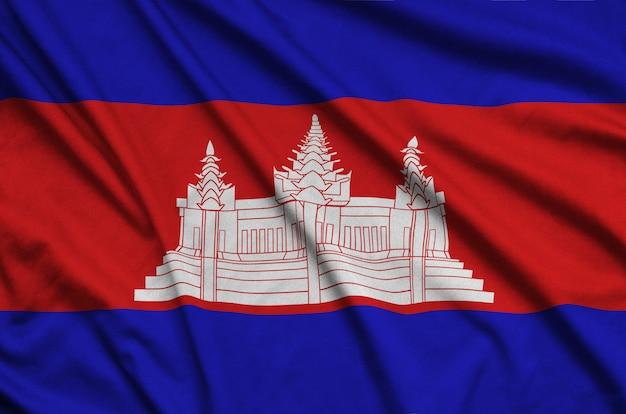 A bandeira do camboja é retratada em um tecido esportivo com muitas dobras.