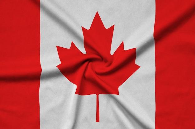 A bandeira do canadá é retratada em um tecido esportivo com muitas dobras.