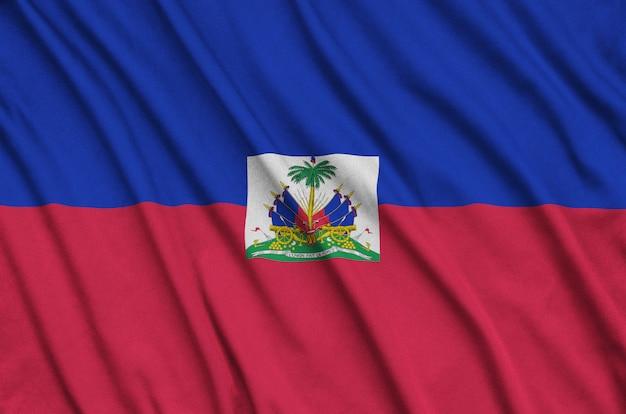 A bandeira do haiti é retratada em um tecido esportivo com muitas dobras.