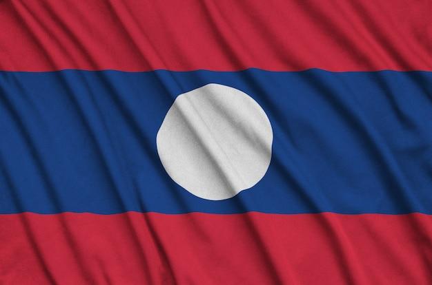A bandeira do laos é retratada em um tecido esportivo com muitas dobras.