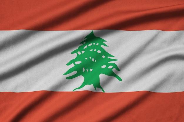 A bandeira do líbano é retratada em um tecido esportivo com muitas dobras.