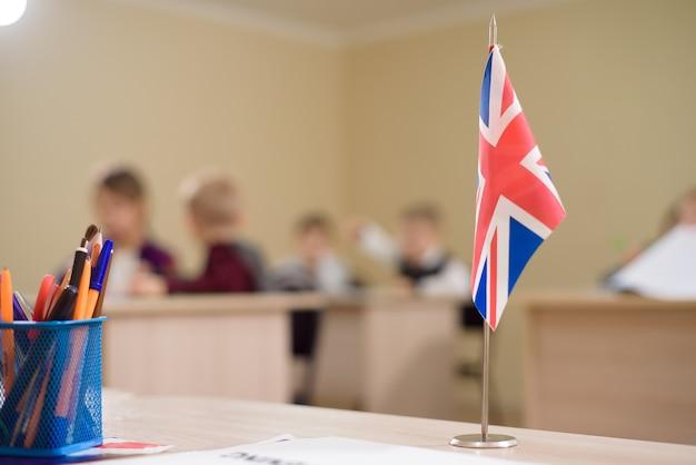 A bandeira do reino unido está na mesa da sala de aula do professor na escola. Foto Premium