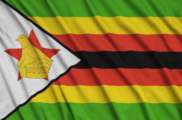 A bandeira do zimbábue é retratada em um tecido esportivo com muitas dobras.