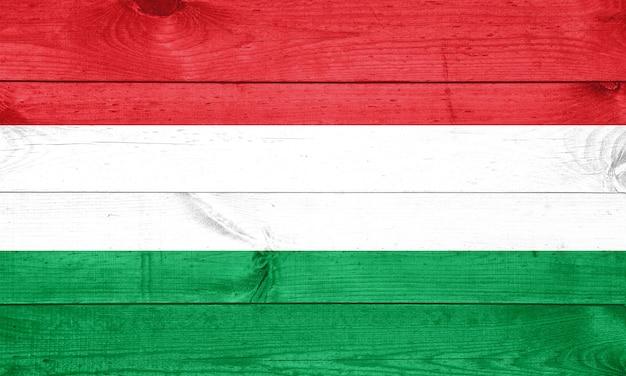 A bandeira húngara pintada na cerca de madeira