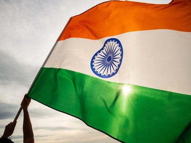 A bandeira indiana ondulada no céu do sol. dia da independência indiana.