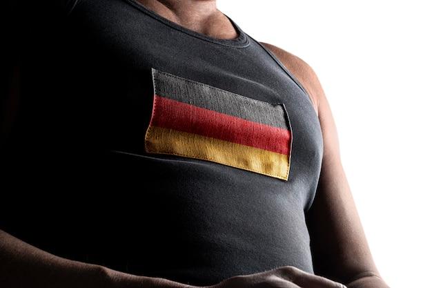A bandeira nacional da alemanha no peito do atleta.