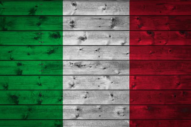 A bandeira nacional da itália pintada em um acampamento