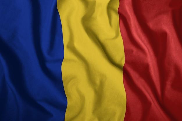A bandeira romena está voando no vento