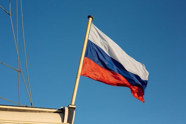 A bandeira russa, em um velho navio