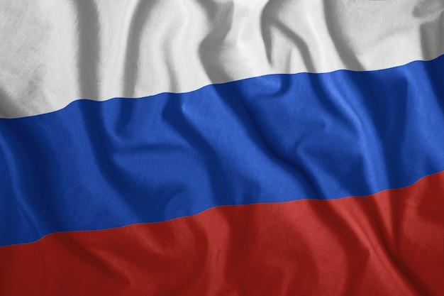 A bandeira russa está voando no vento