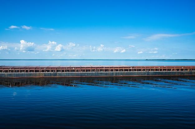 A barcaça flutua em uma superfície de água calma