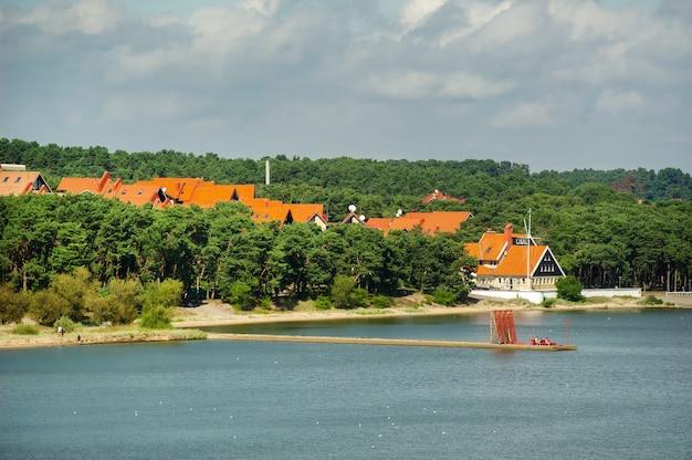 A barragem da cidade de nida no spit da curlândia, separando o mar báltico e o