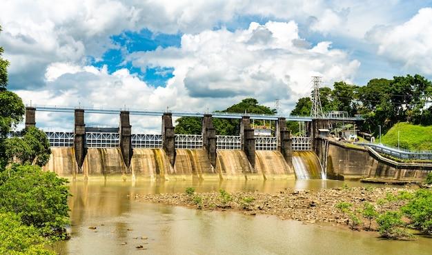 A barragem de miraflores no canal do panamá, no panamá, américa central