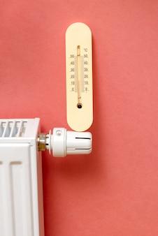 A bateria ou sistema de aquecimento no apartamento