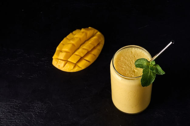 A bebida lassi é smoothies ou milkshake em fundo escuro tradicional indiano e refrescante do paquistão