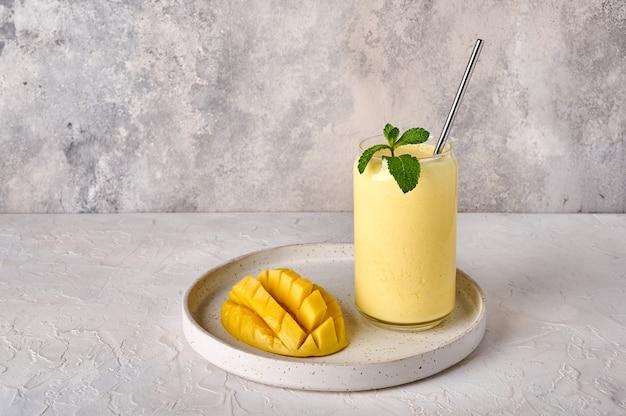 A bebida lassi é smoothies ou milkshake na luz de fundo tradicional bebida indiana e do paquistão com