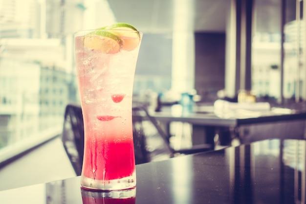 A bebida vermelha com gelo