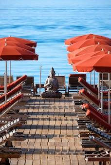 À beira-mar com cadeiras de praia