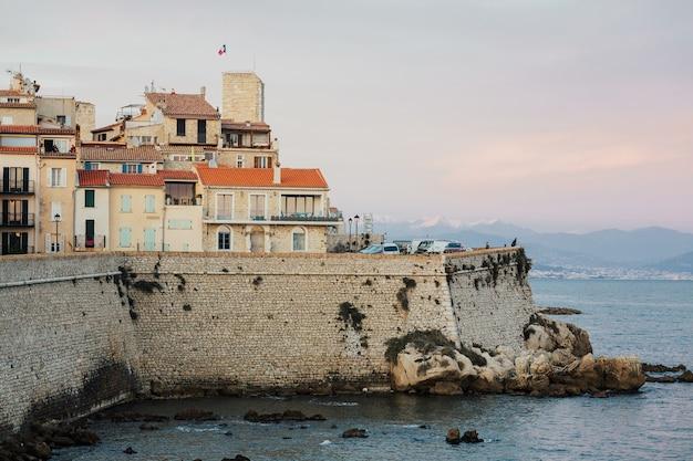 À beira-mar do antigo centro histórico da cidade e pontos turísticos, montanha com neve no fundo.