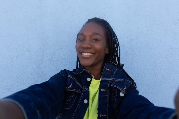 A bela afro-americana tira uma selfie