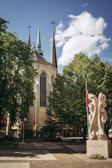 A bela arquitetura da catedral de notre dame no luxemburgo