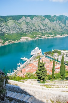 A bela baía de kotor em montenegro.