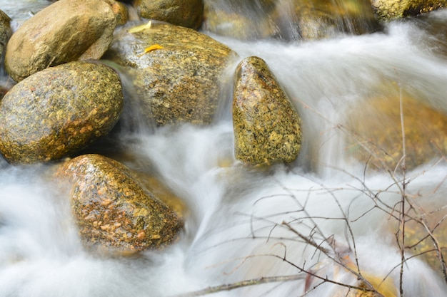 A bela cachoeira flui através das rochas