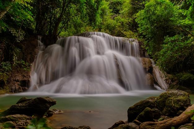 A bela cachoeira no parque.
